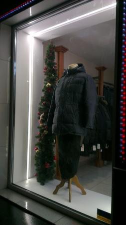 Освещение витрин магазина.